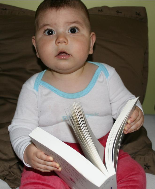 un bébé qui lit